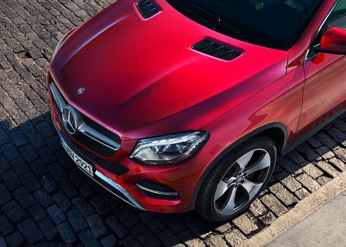 Exteriorul elegant al unui Mercedes-Benz.