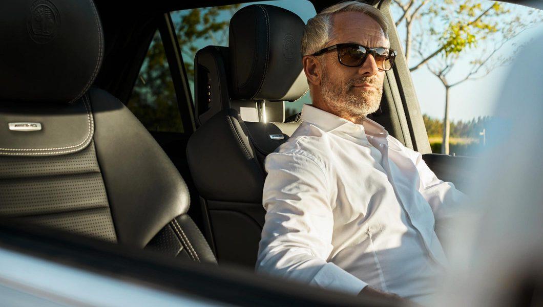 Om de afaceri la volanul unui Mercedes-Benz.